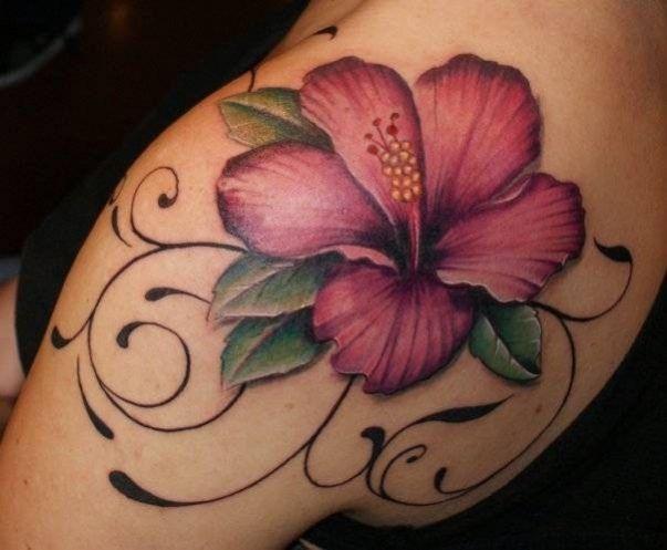 Tatouage fleur hibiscus marron sur l\u0027omoplate