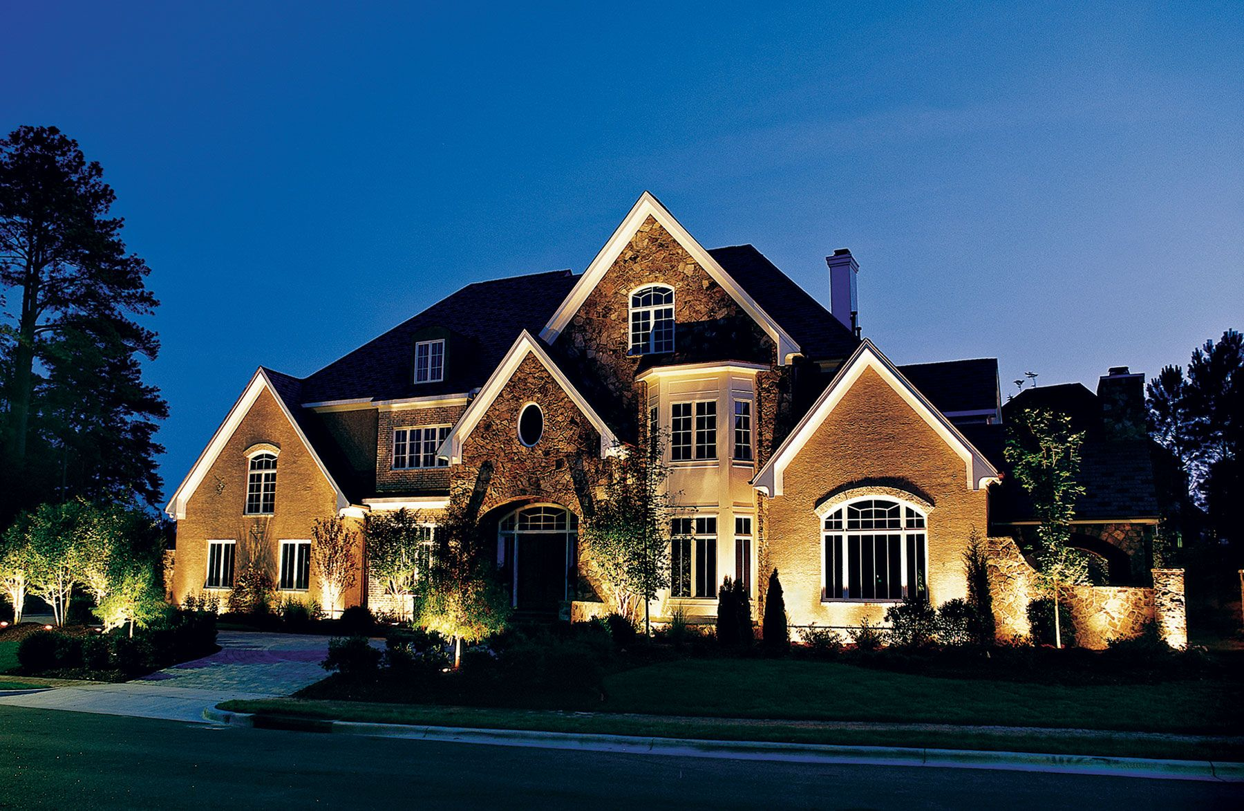 This Chicago Area Residence Is The Talk Of Its Neighborhood With This Beautifully Integrated Custom Outdoor Lighting Design Outdoor Lighting Landscape Lighting