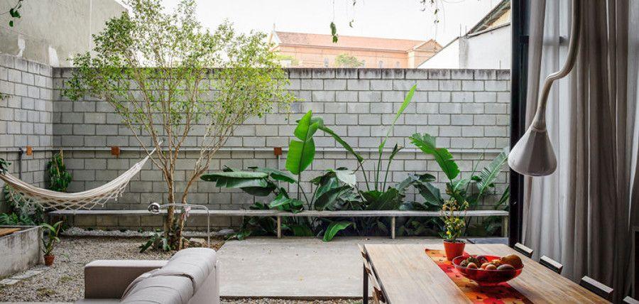 una casa con esencia low cost y estilo tropical tropical