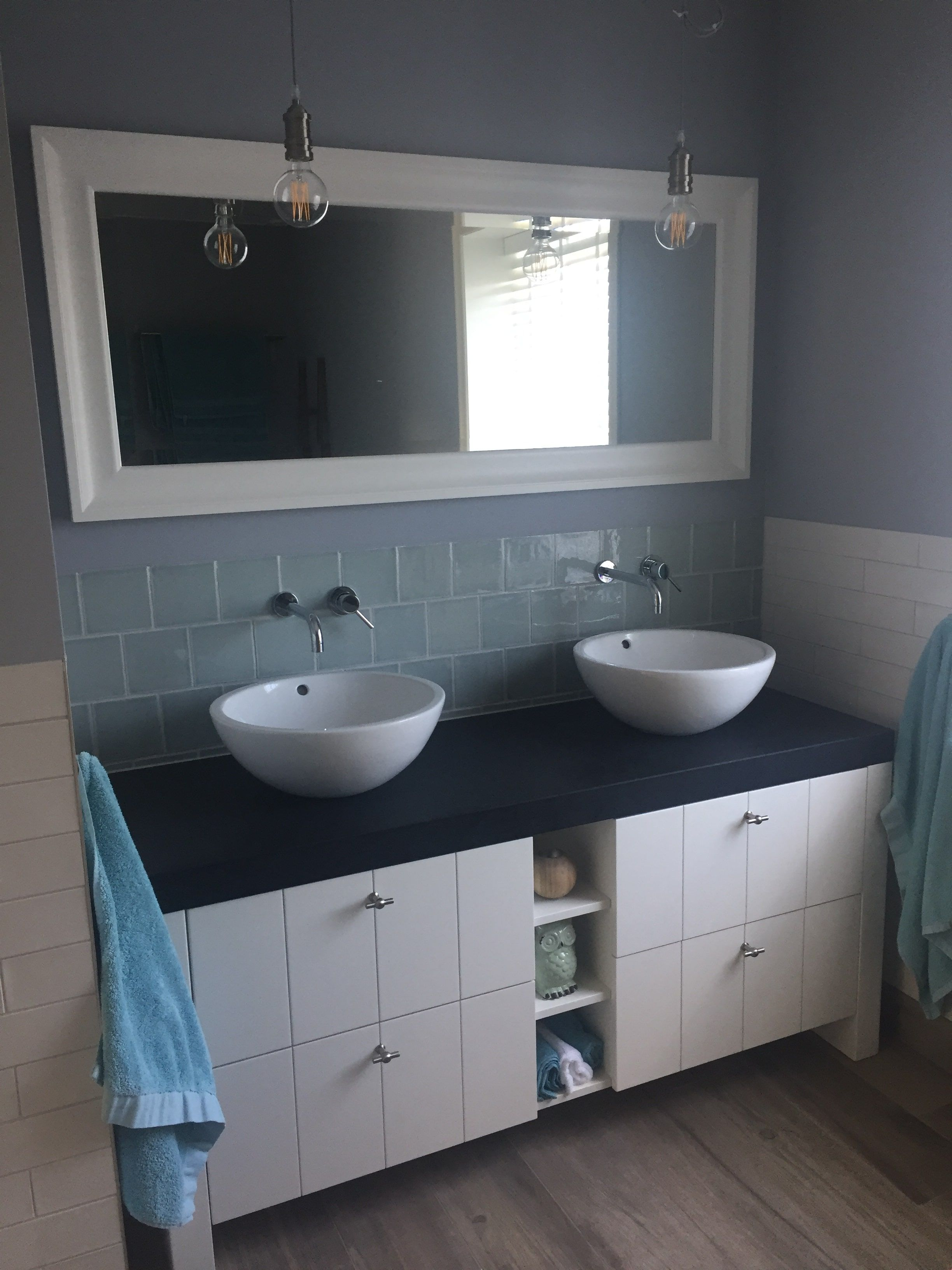 Modern landelijk badkamer meubel met verticale v groeven natuursteen wastafelblad en keramische - Moderne badkamer meubels ...
