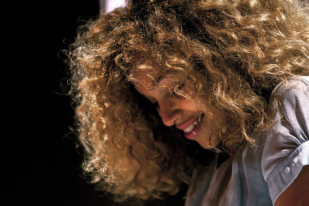izzy bizu scala curly hair