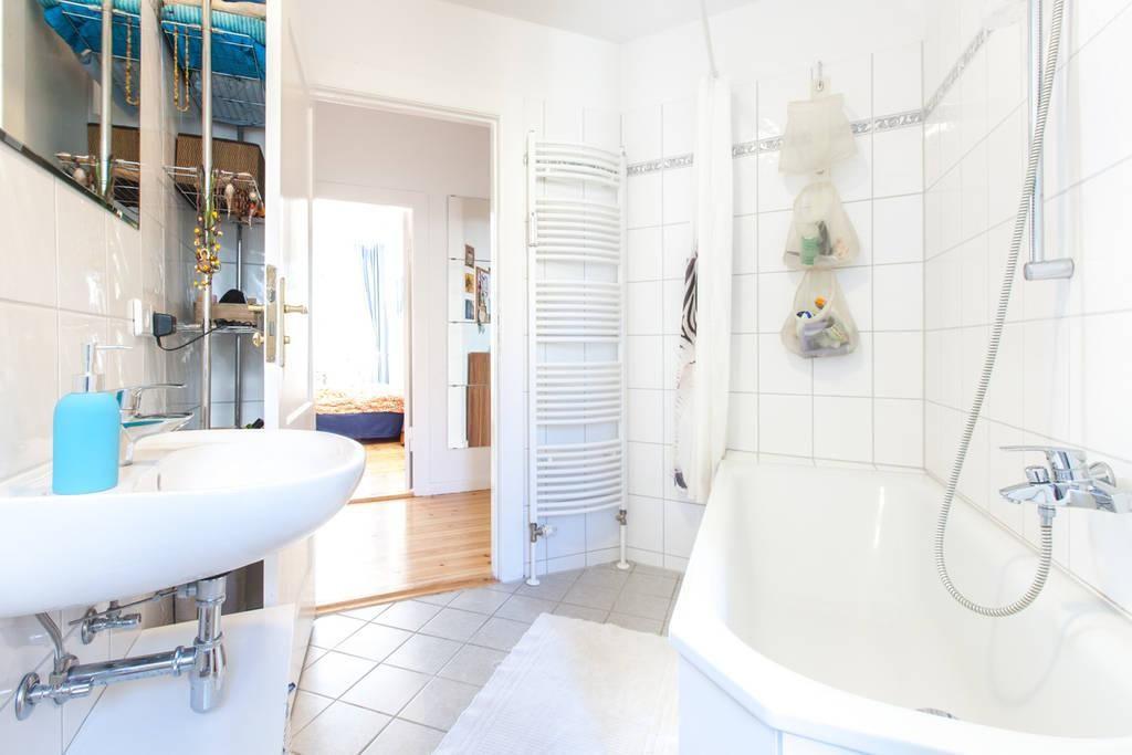 Helles und großes Badezimmer mit Badewanne Es ist Teil einer 2 - dekoration für badezimmer