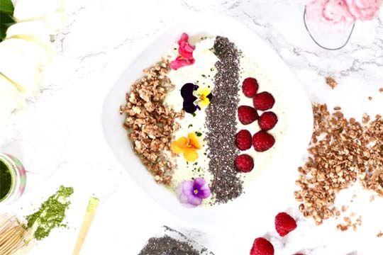 Frühstücksbowle mit Chiasamen, essbaren Blüten und Matcha
