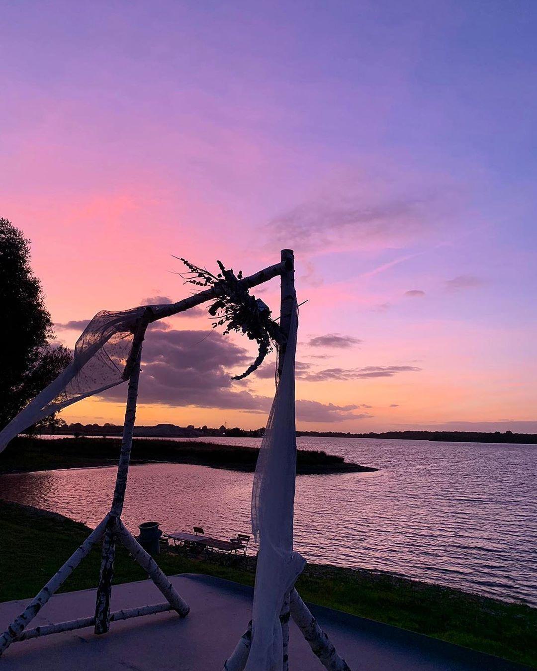 Schlosshotel Diersfordt On Instagram Sonnenuntergang Am See Unseres Schlosses Eine Wundervolle Kulisse Fur Eine Freietrauungamsee Sunset Outdoor Celestial