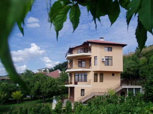 Villa Prolet General Kantardzhievo Villa Prolet is quietly located in General Kantardzhievo Village, 5 km from the Kranevo Beach, and offers a large garden with sunbeds and barbecue facilities, a fitness centre, air conditioning and free parking.