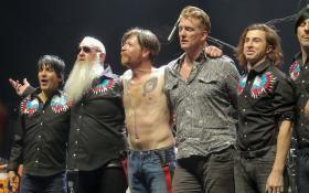 Eagles Of Death Metal: le foto del concerto a Parigi tra lacrime e rock'n'roll