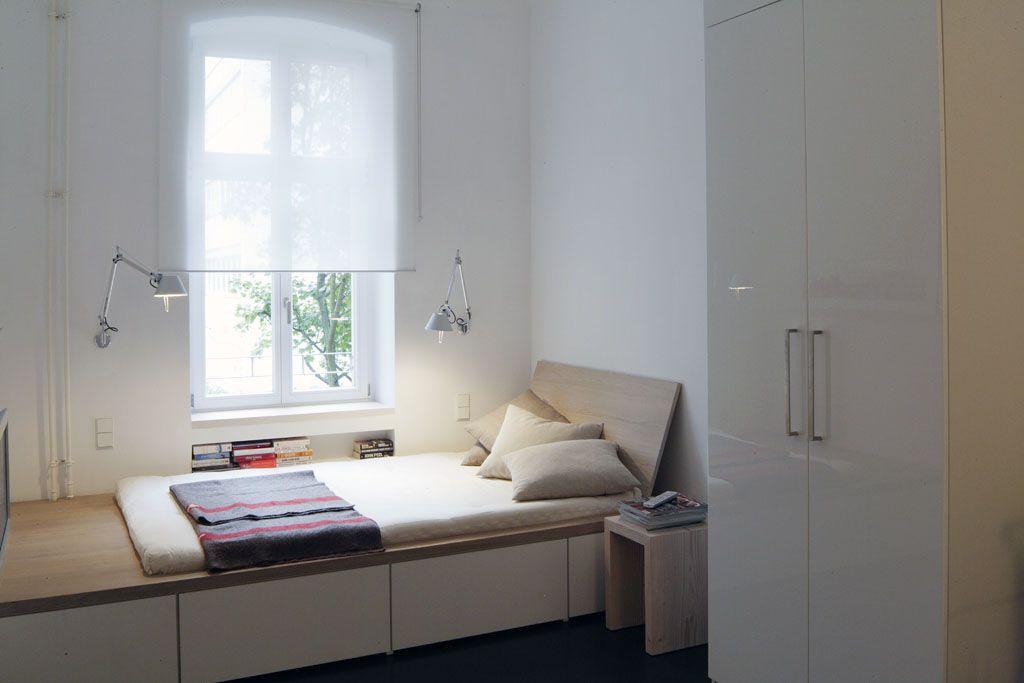 Im Schlafzimmer wurde quer zum Fenster ein Bett eingebaut (aus ...