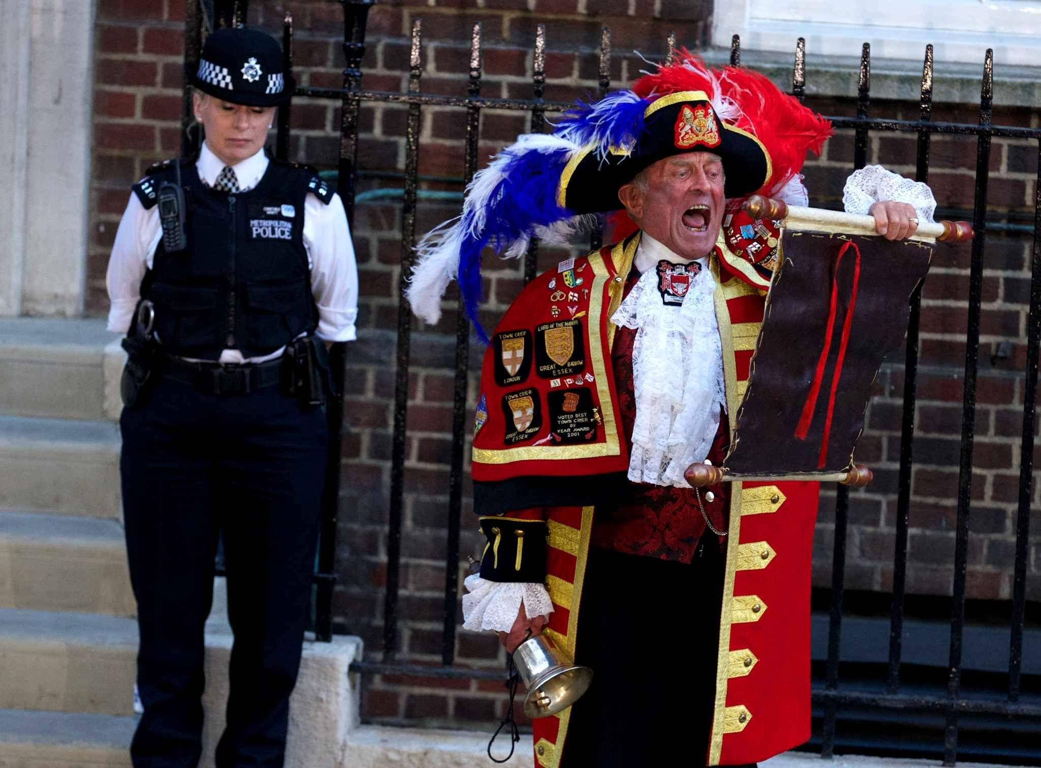 «It's a boy». Un nouvel héritier de la couronne d'Angleterre a pointé le bout de son nez le 22 juillet à Londres. Dans la plupart des foyers britanniques, les bouchons de Champagne ont sauté et les larmes de joie ont coulé. Pour que les us et coutumes soient bien respectés, l'annonce a d'abord été faite à la reine, puis un crieur de rues s'est fait la voix devant l'hôpital Saint Mary où la duchesse de Cambridge a donné naissance à son premier bébé. #RoyalBaby #Itsaboy