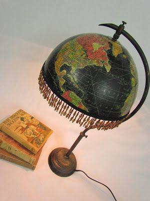 Pantalla de lámpara aprovechando medio globo terráqueo.