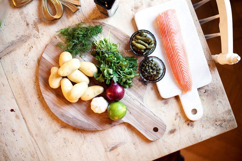 Laxtartar fast i större format och med hemgjorda pommes och korianderdipp.