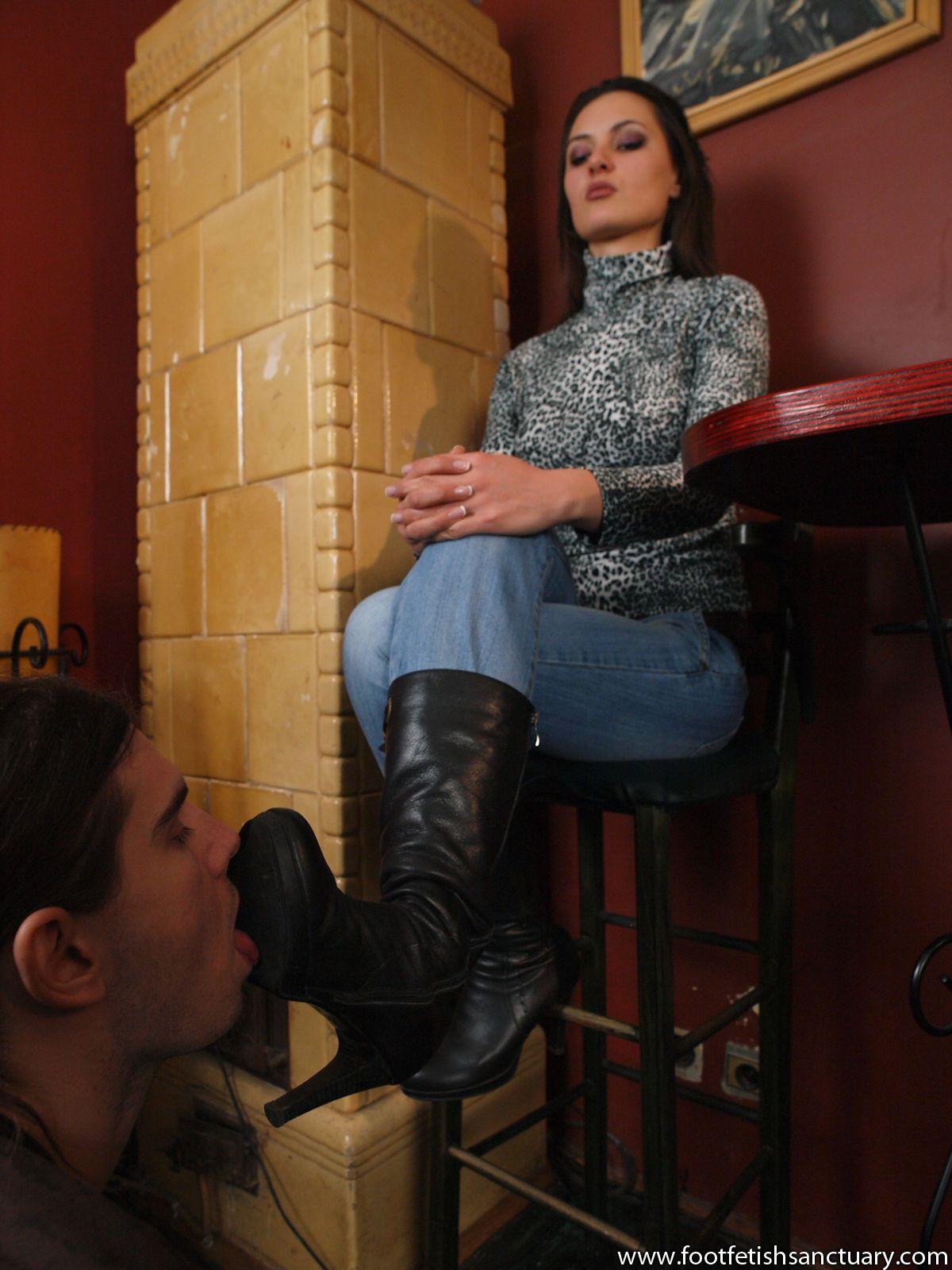 раб лижет сапоги у госпожи придерживается