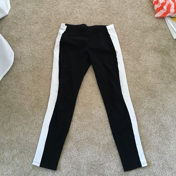 Black leggings with white pattern on side of legs Super comfortable and chic black leggings with white pattern block on either side. Good condition and very flattering Hotsox Pants Leggings