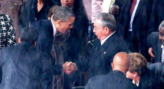 """L'ultimo """"miracolo"""" di Mandela: una stretta di mano storica in un momento storico. Il presidente americano Barack Obama e quello cubano, Raul Castro, hanno scambiato qualche battuta e si sono stretti la mano durante la cerimonia commemorativa per Nelson Mandela allo stadio di Soweto di Johannesburg."""