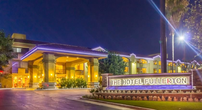 Grand Inn Fullerton California Located Just 5 Miles From Disneyland And Knott S Berry Farm This Hotel Offers A Year Round Outdoor Pool