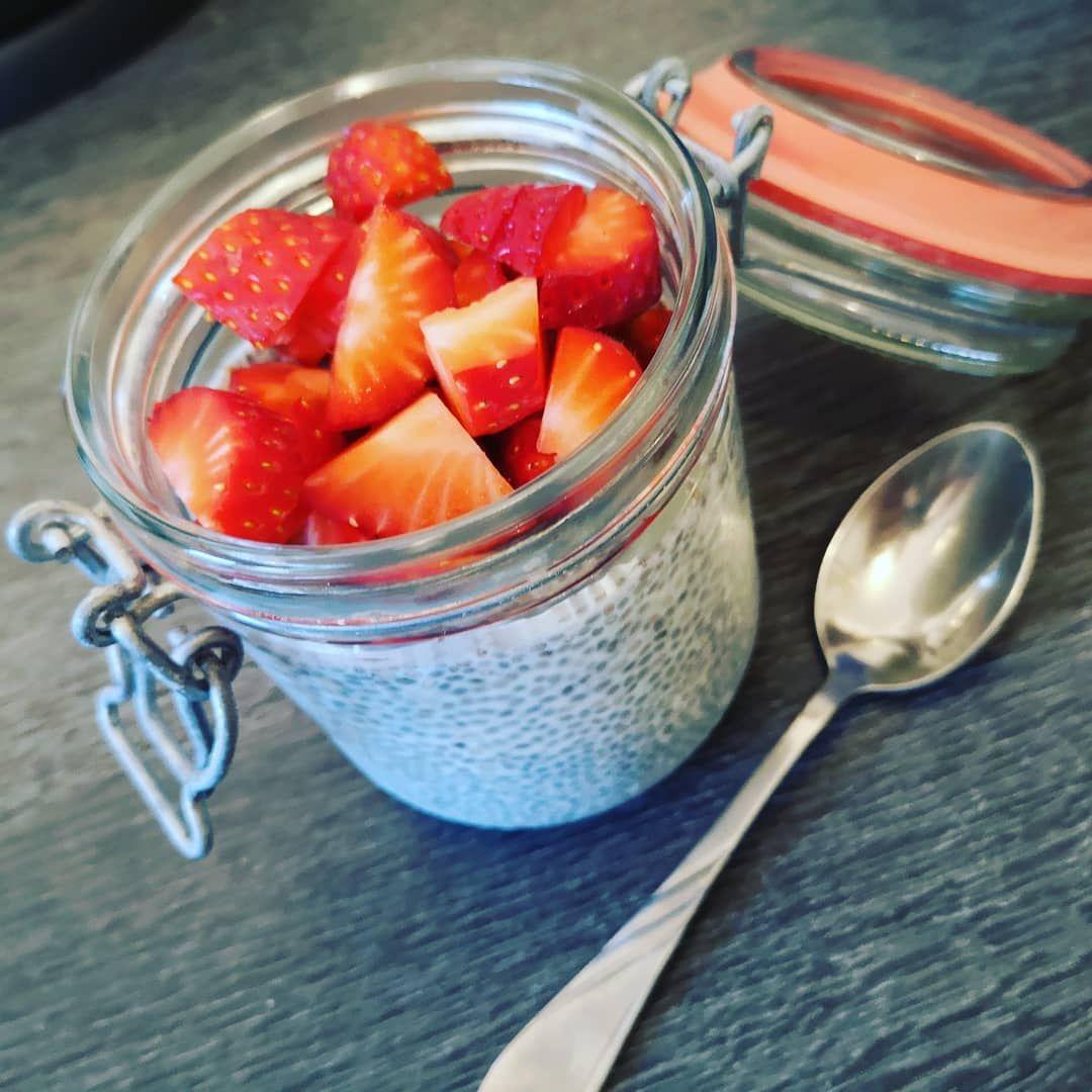 Und hier... Mein heutiges Frühstück. Nochmal Chiapudding mit frischen Erdbeeren - Und hier... Mein heutiges Frühstück. Nochmal Chiapudding mit frischen Erdbeeren 🍓 🙂. Dieses Zeug hat es mir, bzw sogar uns, sooo angetan. Unfassbar. Und es sättigt einfach meeega lang finde ich. 😁😊 Bis später ihr Lieben 🙂  #lowcarb #lowcarbrecipes #dinner #eatwithkids #healthyfood #healthylifestyle #foodporn #lowcarblife #goodmorning #instagood #potd #abnehmenohnehungern #weekend #familyfood #lowcarbmorning #l