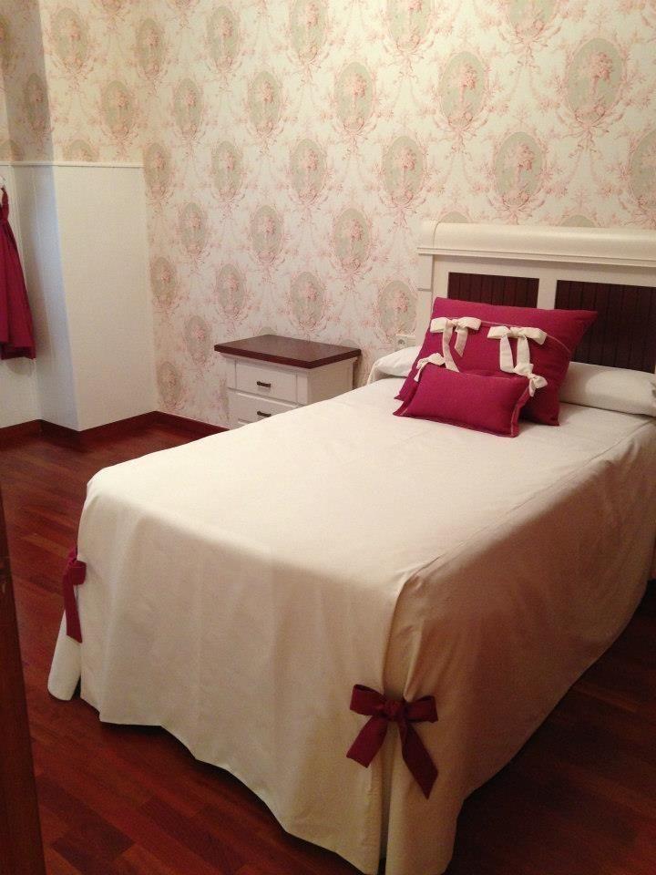 Decoraci n integra papel dormitorio cortinas y adem s cosimos a juego el edred n y los - Decoracion cortinas dormitorio ...