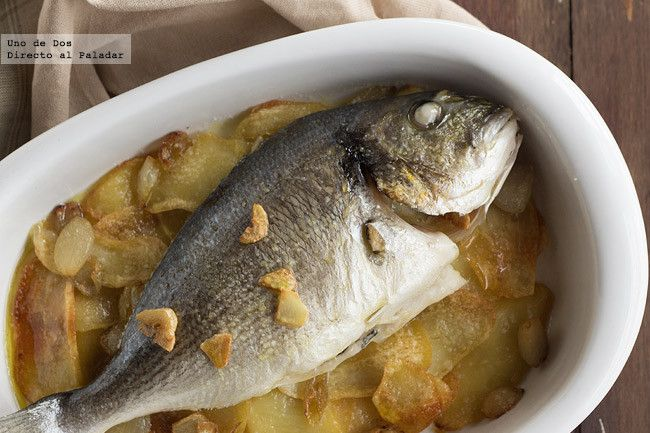 Dorada al horno con patatas, receta tradicional de pescado