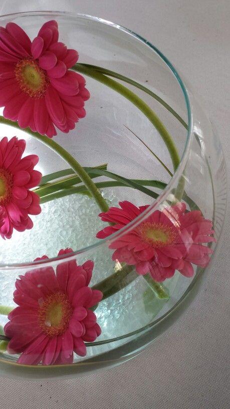 centre de table blanc et fushia vase boule avec germinis pink flowers wedding centredetable. Black Bedroom Furniture Sets. Home Design Ideas