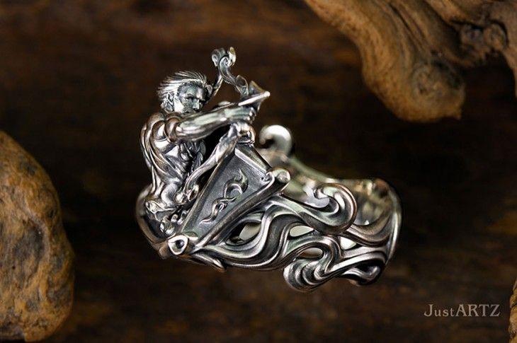 anillo en forma de dios griego