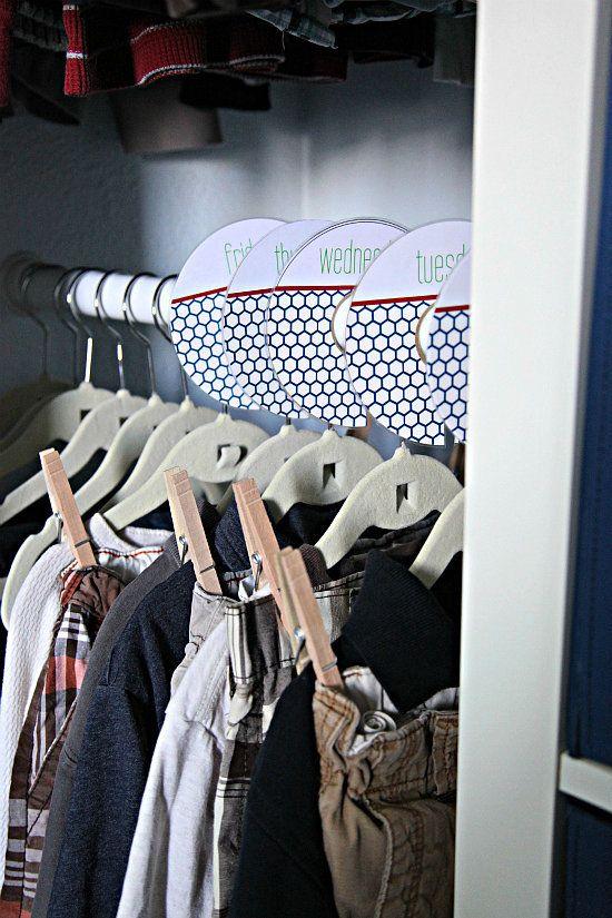 Questa idea è comunemente usato per i bambini, ma credo che gli adulti possono usarlo troppo. Mi piace molto l'idea di pianificazione fuori tutti i vostri abiti per la settimana. - Day of the Week Clothes