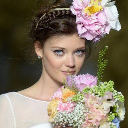 Romantik, Blumen und  langes Haar  liegen ganz im Trend, wenn es ums Heiraten geht. Moderne Bräute mögen's eher verspielt und märchenhaft