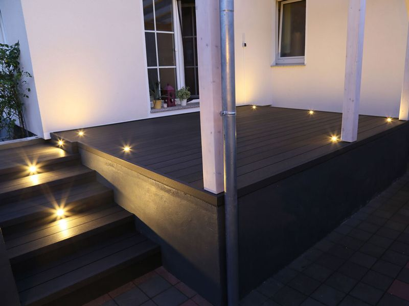 moderne terrasse mit beleuchtung wpc terrassendielen von planeo terrace terrasse www. Black Bedroom Furniture Sets. Home Design Ideas