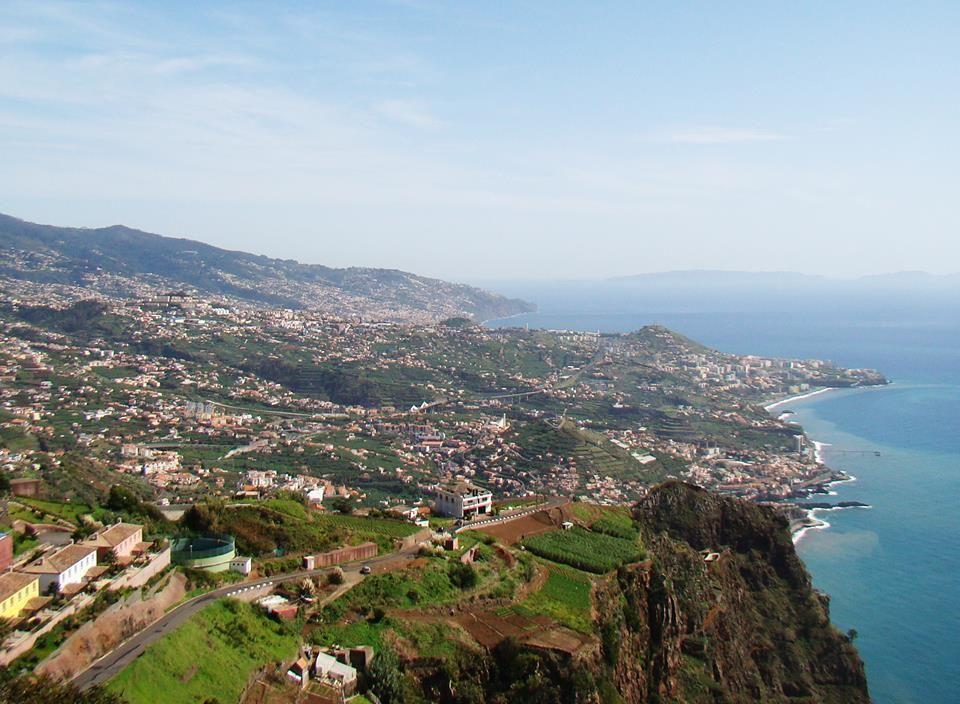 """Împreună cu Insulele Azore şi Canare, Madeira a fost botezată """"insula celor fericiţi"""", fiind un loc aparte, cu oameni binevoitori, mâncare excelentă și peisaje de vis <3   Descoperă! >> https://issuu.com/performance-rau/docs/nr-52-mai-2016/58    #travel #calatorii #RevistaPerformance"""