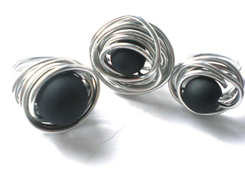 ring aludraht ring mit perle in schwarz von modeschmuckst bchen andrea auf neues. Black Bedroom Furniture Sets. Home Design Ideas