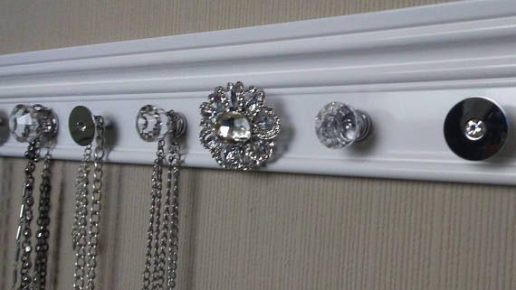 Ce mur accroché rack avec sa jolie finition et sélection de boutons - ajouter une piece a sa maison