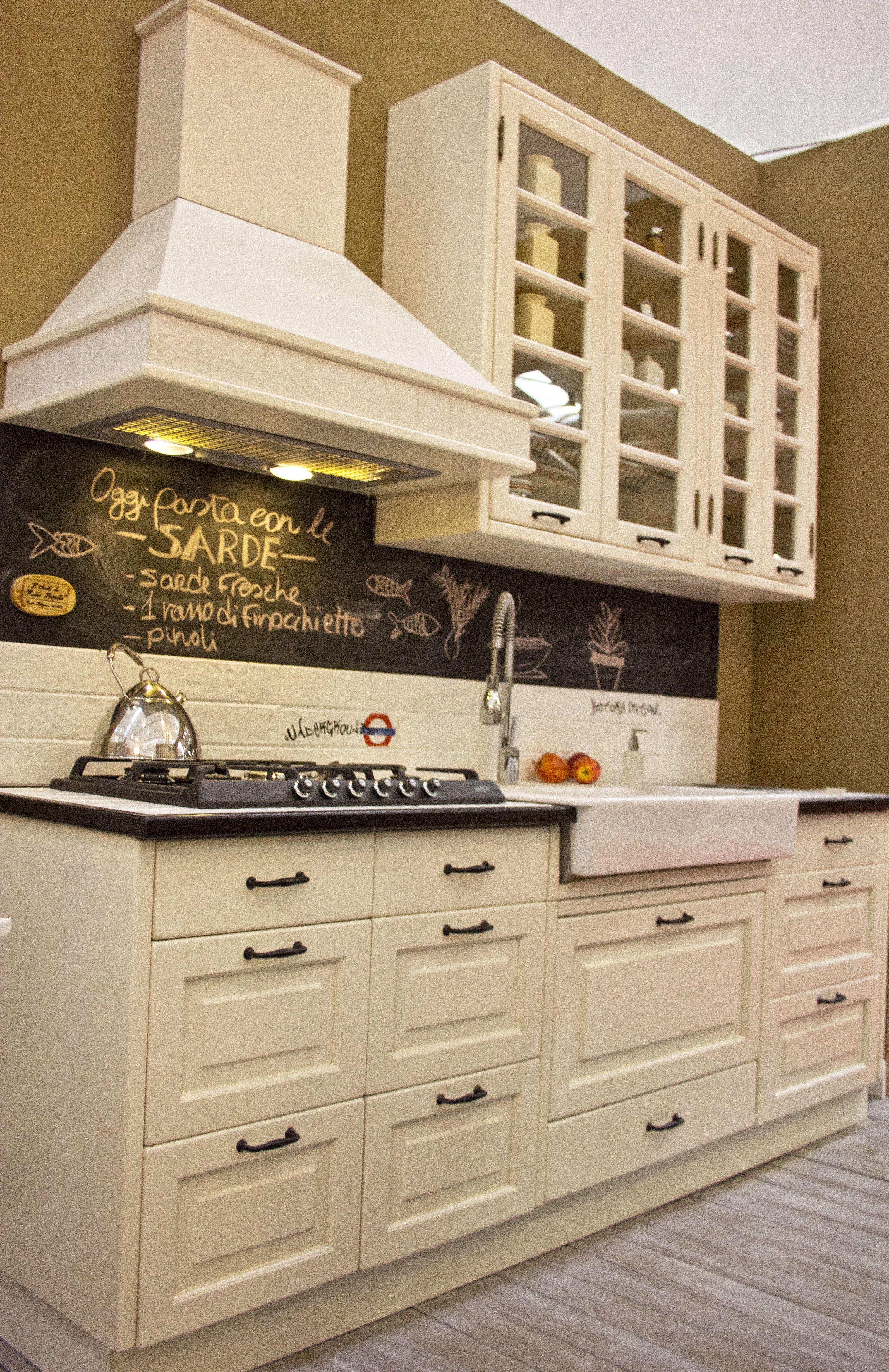 Cucina stile americano con lavagna per scrivere ogni pensiero la lista ella spesa ingredienti - Lavagna per cucina ...