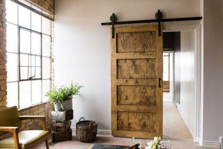Schiebetür holz rustikal mit glas  Schiebetür aus Holz separiert den Wohnbereich vom Flur | dom ...