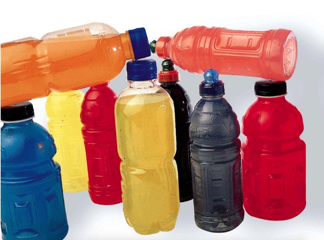 Muchos atletas en todas partes tienen a mano bebidas deportivas para calmar su sed y reponer carbohidratos. ¿Realmente funcionan? ¿Ayudan las bebidas deportivas y las bebidas energéticas a mejorar el desempeño, o simplemente agregan calorías vacías? ¿Son realmente las bebidas deportivas efectivas, o incluso apropiadas para el promedio de un gimnasio o para el deportista …