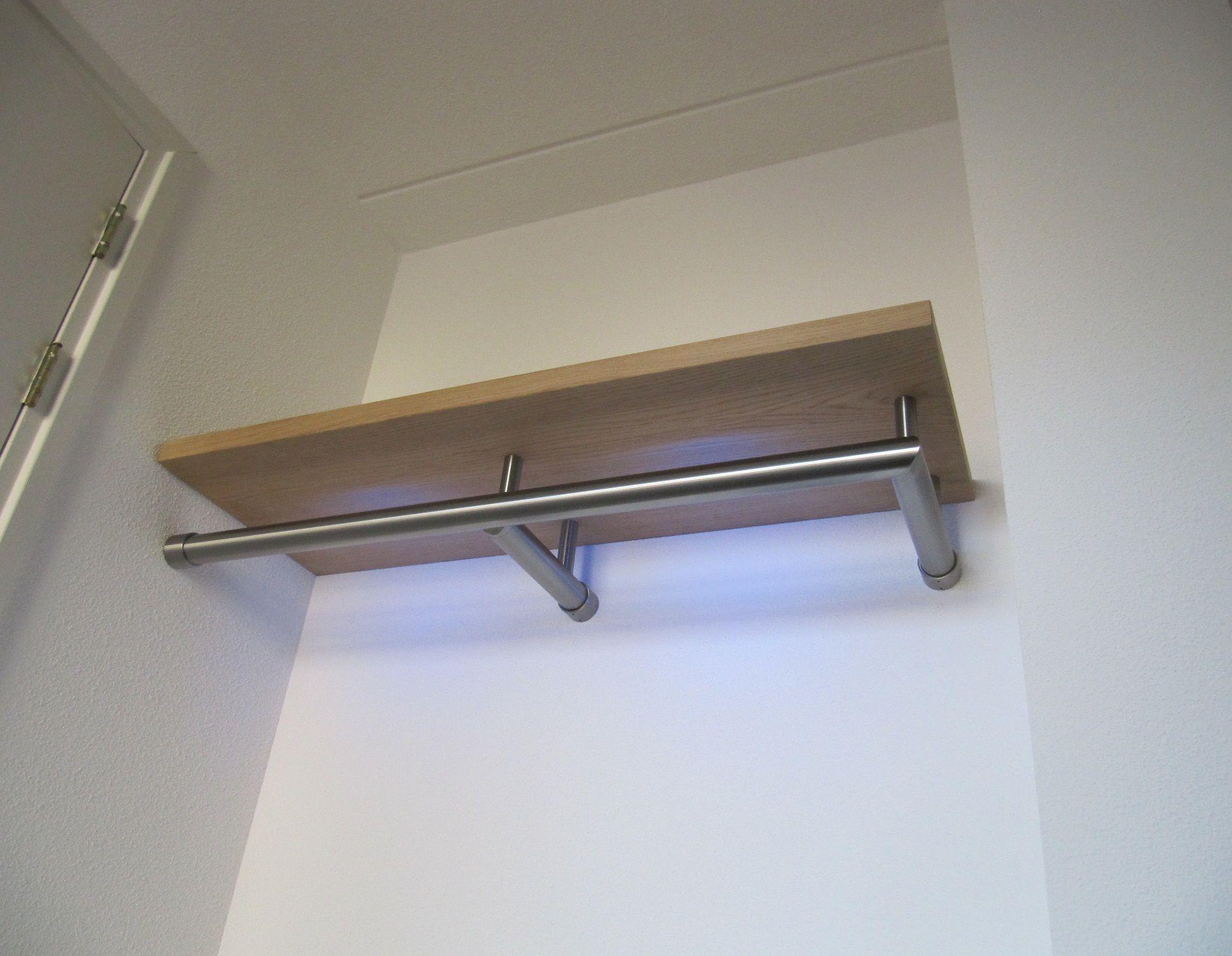 Kapstok met ingebouwde LED verlichting en een gefineerde houten ...