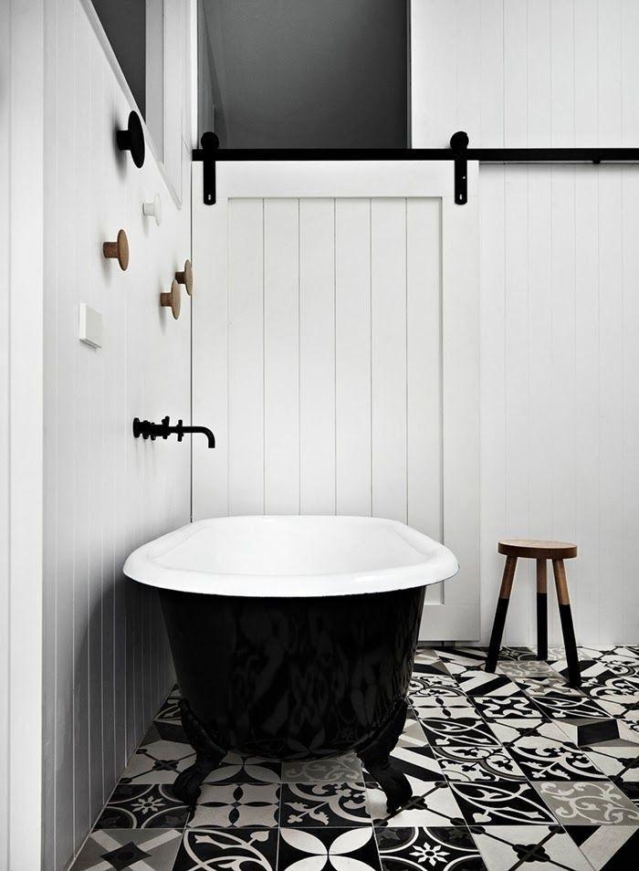 Schwarze Badewanne mit gemustertem Plättli-Boden für das Bad - badezimmer boden