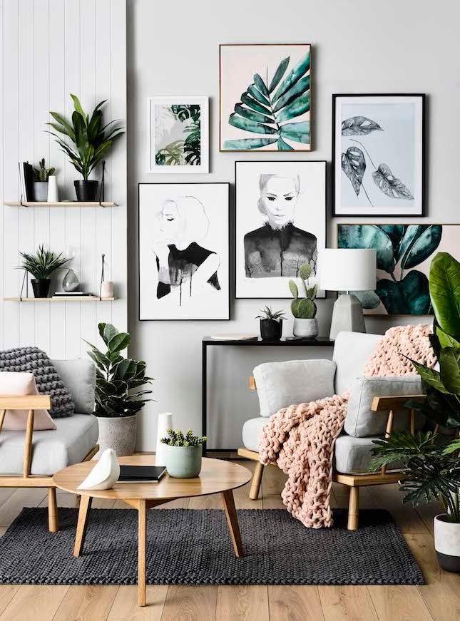 Decoração rústica escandinava, preto branco cinza e rosa, plantas, elementos em madeira e cimento, sala de estar, parede de quadros