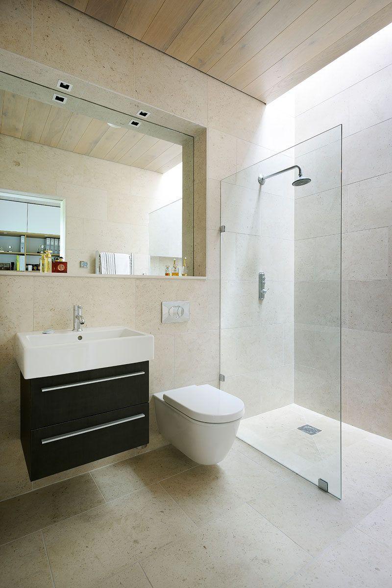 Плитка Идея - использовать тот же плитки на полы и стены |  Нейтральные квадратных плитка на стены ванной и полы помогают сохранить пространство отдыха и сделать его легко добавить акцентов всякий раз, когда вы хотите.
