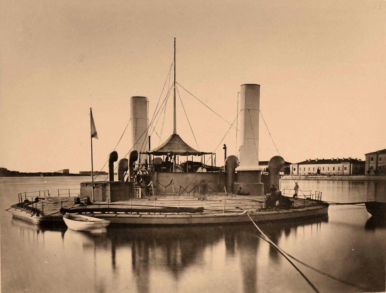 32.Один из первых броненосцев береговой обороны Черноморского флота - артиллерийская плавучая батарея («поповка») «Новгород», спущенная на воду 21 мая 1873 г., на причале. 1875