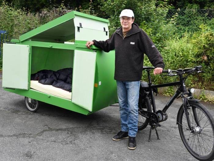 Jurgen Burkholz Ist Mit Einem Selbstgebauten Schlafwagen Anhanger Am Fahrrad Unterwegs Bike Camping Bicycle Camping Diy Camper Trailer