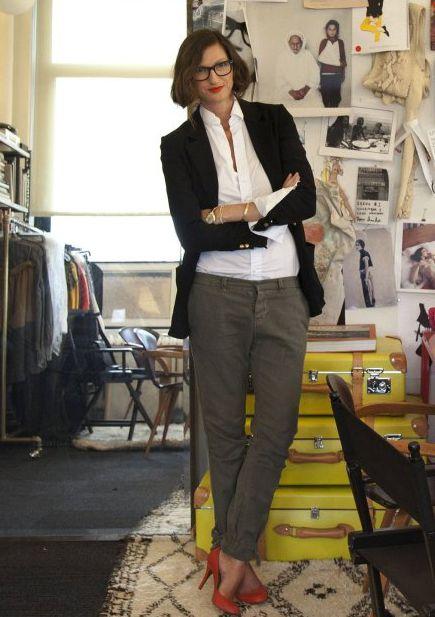 62374c76f24a Chemise blanche à porter sous un blazer associée à un pantalon kaki et des  escarpin rouge j'aime !!!