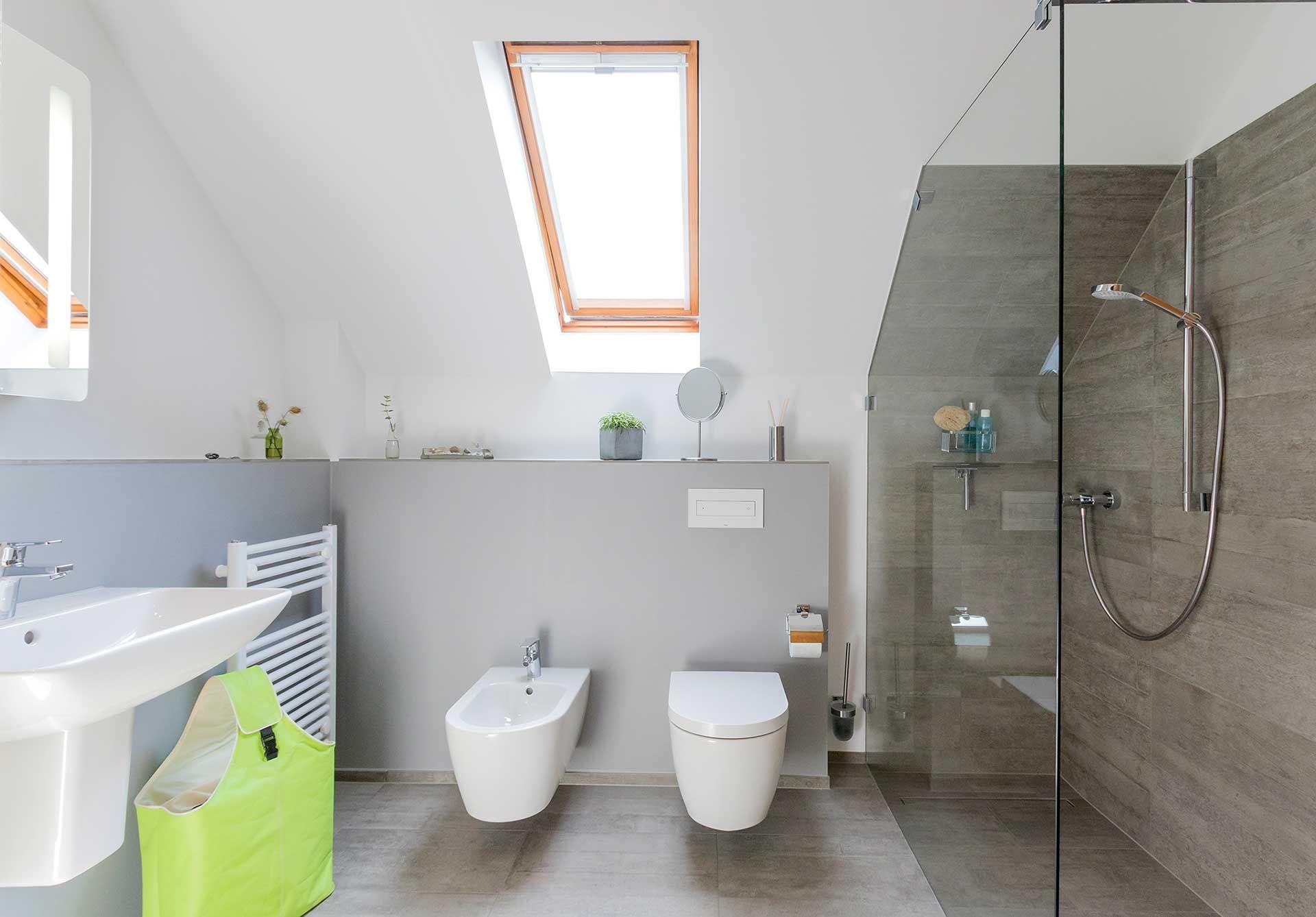 Badezimmer Betonoptik ~ Helles badezimmer unter dem dach mit grauen und weißen wänden
