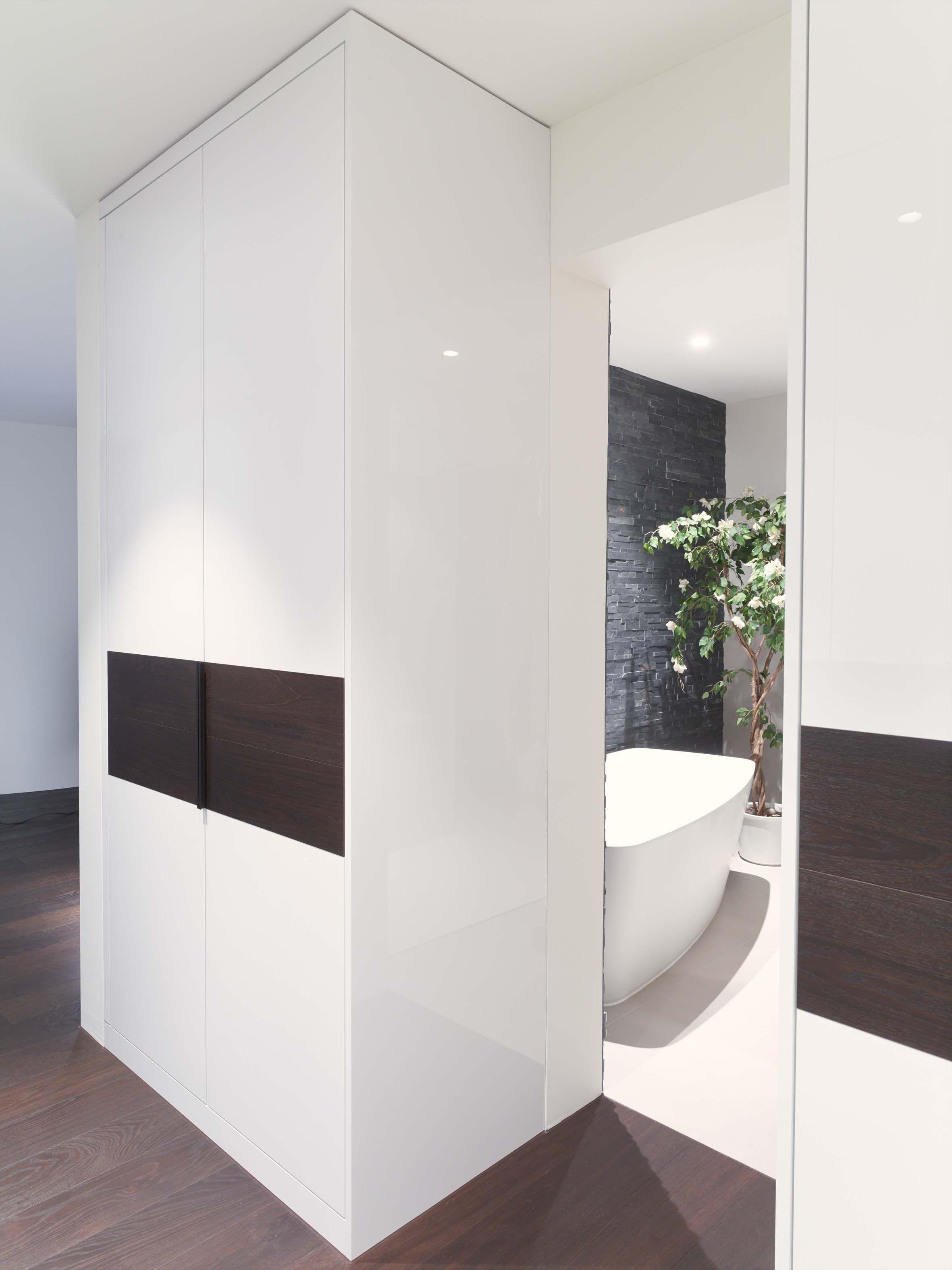 Einbauschränke mit Durchgang zum Badezimmer / 16x Sichtseiten