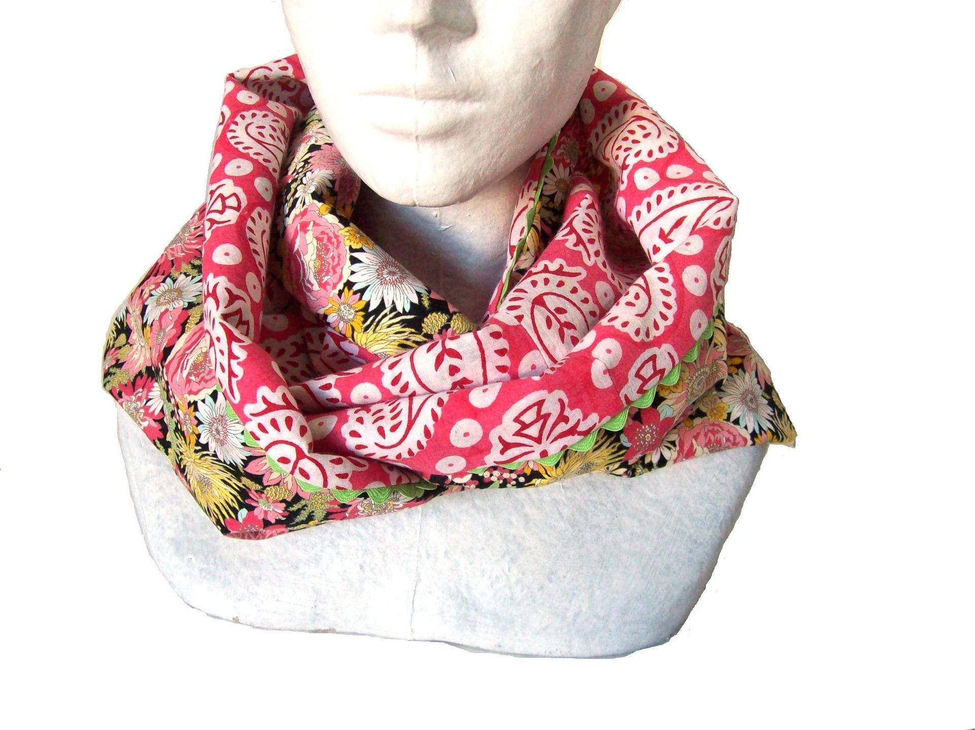 24385ff88b5d snood de printemps en coton fleuri multicolore sur fond noir et tissu  indien rose et blanc echarpe col femme   Echarpe, foulard, cravate par  tchai-walla