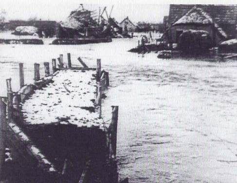 Hoewel Zoelen aan de goede kant van het kanaal lag, steeg het water ook daar tot ongekende hoogte, vooral nabij de Broeksteeg. De oorzaak daarvan was het kwelwater dat werd aangevoerd door de onder het kanaal doorlopende duikers van de Linge en de Maurikse Wetering. Het Zoelense-, Rijswijkse- en Burense veld vormde één grote watervlakte, tot aan de Aalsdijk toe.