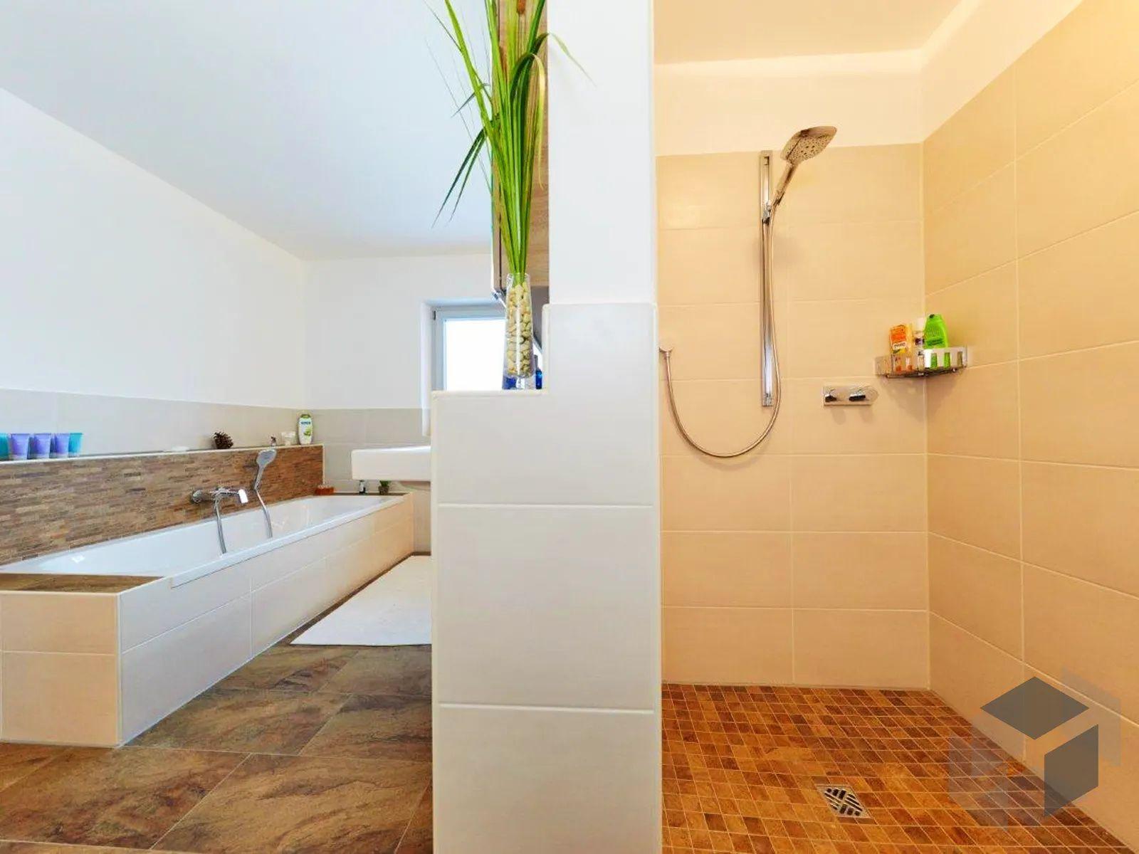Grosses Bad Mit Ebenerdiger Dusche In 2020 Dusche Umgestalten Satteldach Modern Gemauerte Dusche