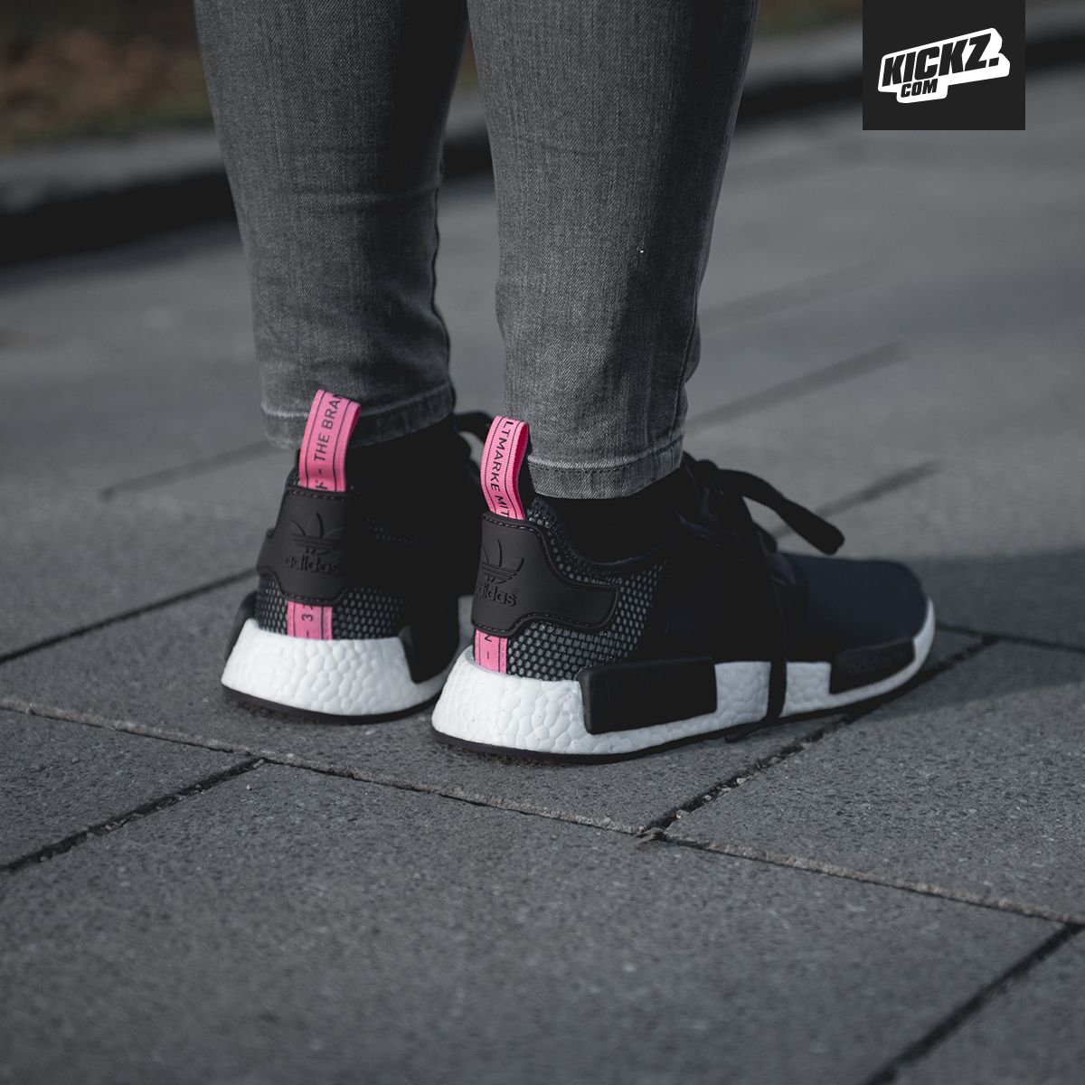 Stylish comfort for the ladies: The adidas NMD R1 W in the legend ink/