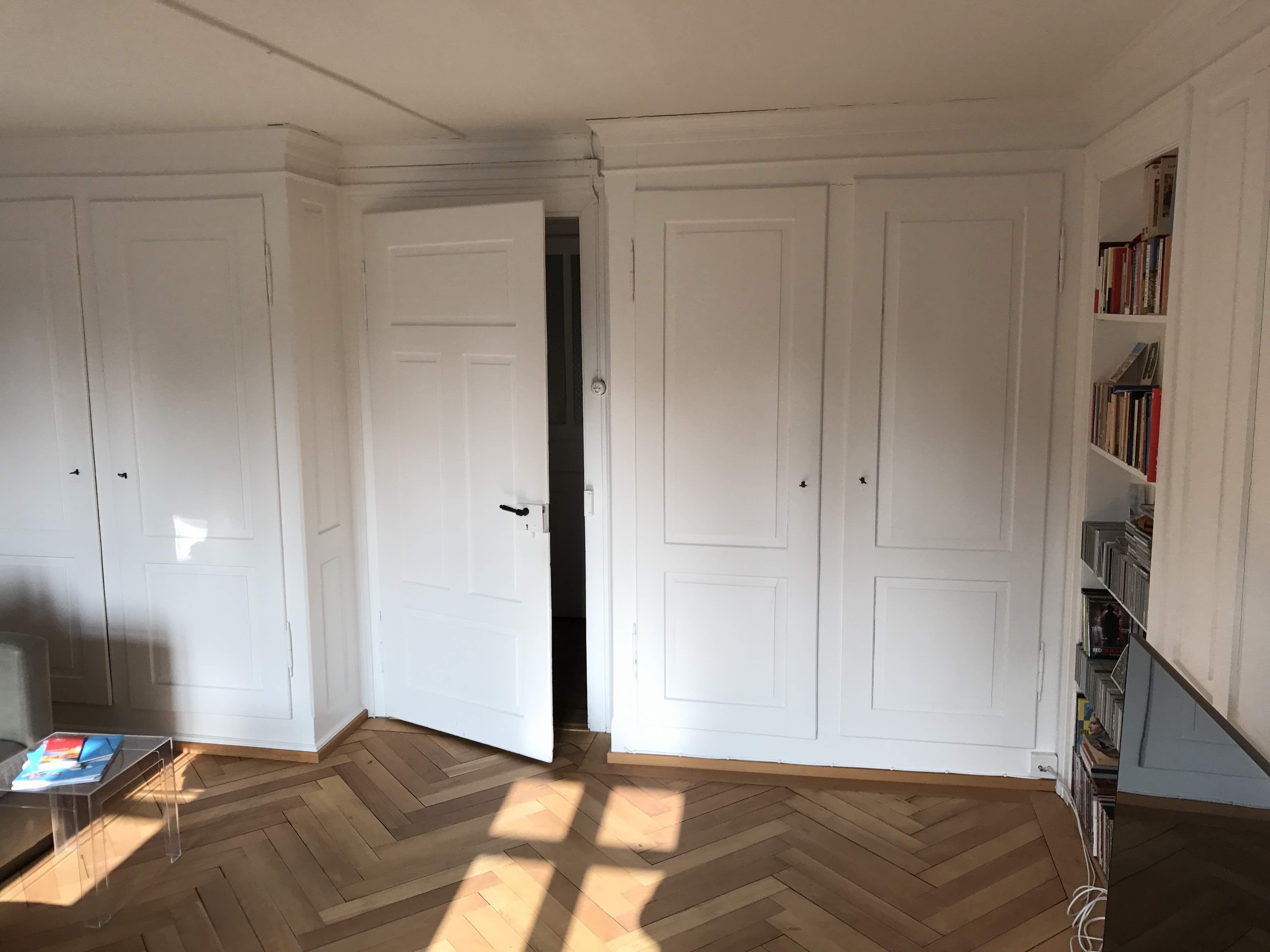 Grosse Einbauschränke im hellen, sonnigen Wohnzimmer ...