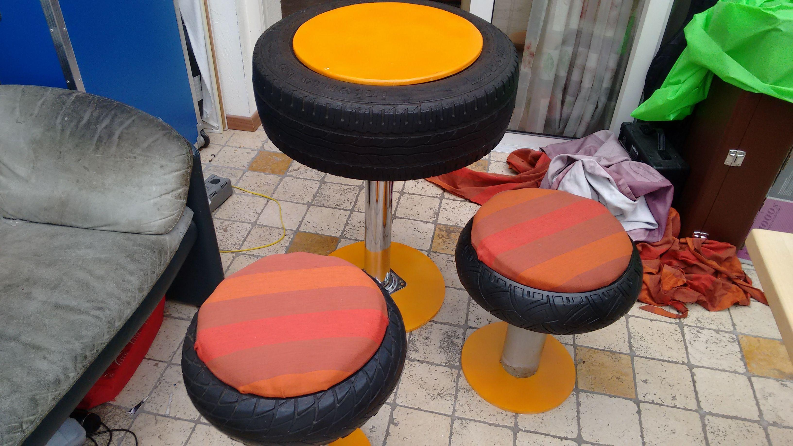 wat zou jij doen met oude auto-banden? Weggooien? Hier is een idee om auto en scooterbanden om te zetten tot een tafel, met 2 bijpassende krukjes.