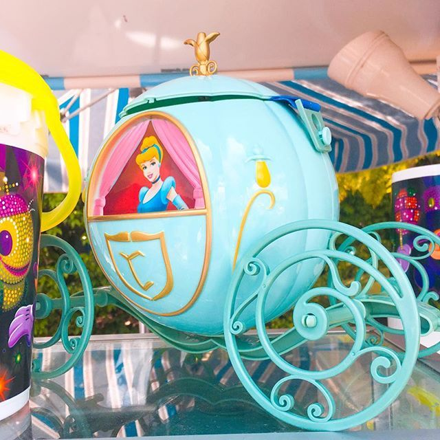 Quem resiste a esse balde de pipoca da carruagem da Cinderela? 😍  Ele não é tão fácil de encontrar, mas se você for no Magic Kingdom em um carrinho de pipoca em frente ao City Hall vai ver essa coisa linda!    #Regram via @disney_de_novo_blog