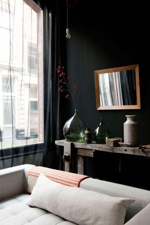 Dunkle schwarze Wandfarbe Wohnzimmer, Deko rustikal vintage Look ...