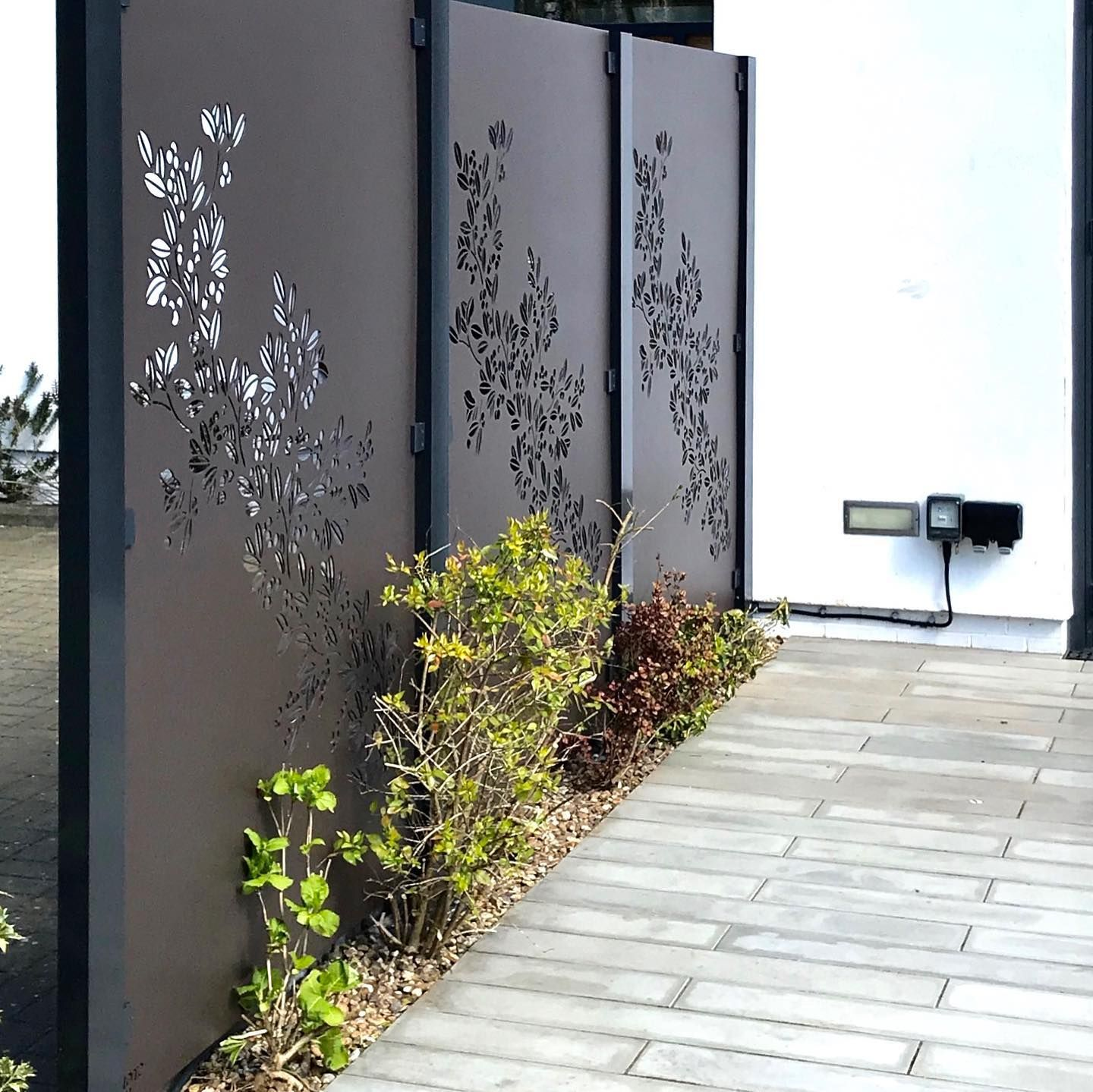 Amazing DIY installation of our aluminium Drift panels! We designed our product to be so easy to install that we could do it ourselves. No special tools needed, just follow our simple guide and you will be surprised by how easy the system is to install at home. #diygardendesign #diygarden #beautifulboundries #lasercutscreens #decorativescreens #decorativemetal #gardenscreens #gardenscreendesign #decorativefencepanels #decorativefence
